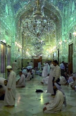 Irakere i bønn i den hellige Imam Ali-moskeen i Najaf. (Arkivfoto: K. Kadim, AP)
