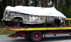 Øistein mistet fem av sine beste venner i ulykka. Her kjøres bilvraket bort fra åstedet. (foto: Cornelius Poppe/Scanpix)