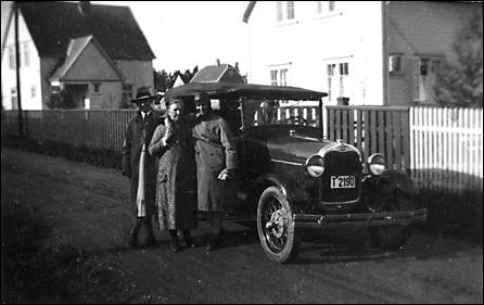 Oskar Sylte foran det som ble den første brusbilen til brusfabrikken - en A-Ford fra 1931.