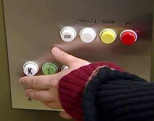 Det er dårlig med merking for blinde i heisen. (Foto: Bjørn Opsahl/NRK)