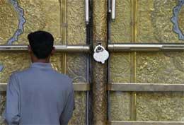En iraker står foran den låste moskeen etter at Sistani godtok å ta kontroll med den (Scanpix/AFP)