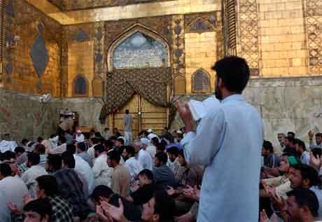 Opprørarane held framleis stand inne i Imam Ali-moskeen. Her frå fredagsbøna i går. (Foto: AP/Scanpix)