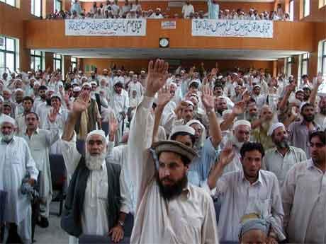 Innbyggjarar i Sør-Waziristan protesterer mot USA og pakistanske styresemakter tidlegare denne veka. (Foto: AP/Scanpix)
