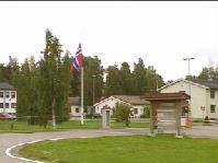 Til Terningmoen i Elverum kom det en paller med bensinkanner.