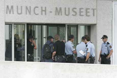 Store politistyrkar rykte ut til Munchmuseet etter ranet. (Foto: Heiko Junge/Scanpix)