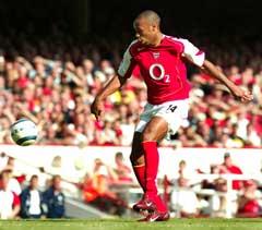 Thierry Henry gjør 1-0. (Foto: AP/Scanpix)