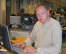 NRK-reporter Tommy Barstein fant boksen med sensoren. (Foto: Kjetil Berg/NRK)