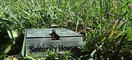 FANT SPOR: NRKs reporter Tommy Barstein fant denne boksen i gresset utenfor museet. (Foto: NRK)