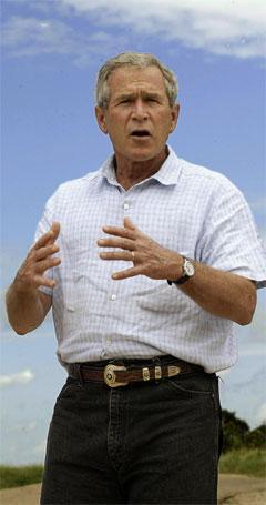 George W. Bush meiner John Kerry kan vere stolt over krigsinnsatsen sin. (Foto: AFP/Scanpix)