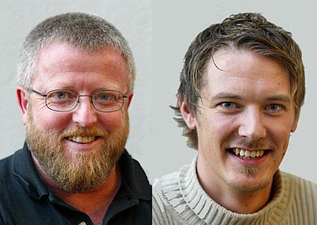 Norgesglassets første programleder Hans-Petter Jacobsen er blant de mange som stikker innom en jubilerende Norgesglass-programleder Arild Opheim fredag. (Foto: NRK)