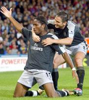 Drogba hylles av Frank Lampard etter sitt første Chelsea-mål. (Foto: REUTERS/Jed Leicester)