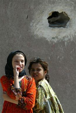 Irakiske jenter utenfor hjemmet deres i Najaf, der harde kamper pågår. (Foto: Reuters/Scanpix)
