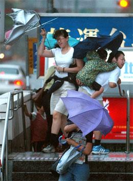 Kraftig vind og mye nedbør i Taipei. (Foto: AP/Scanpix)