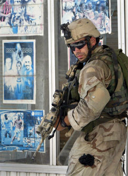 En amerikansk soldat patruljerer gatene i Najaf. (Foto: AP/Scanpix)