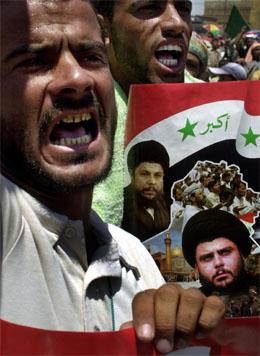 Muqtada al-Sadrs støttespillere demonstrerer. (Foto: AP/Scanpix)