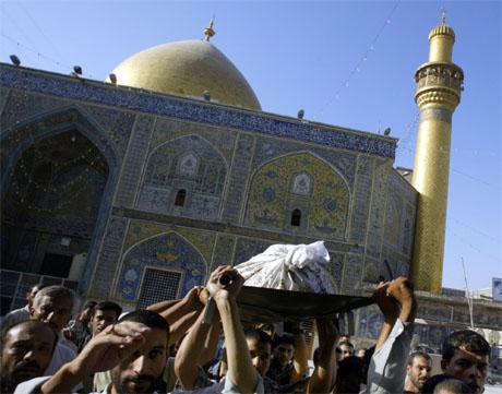 Tilhengere av Muqtada al-Sadr i gravferd til en av sine drepte militsmedlemmer i Najaf. (Foto: AFP/Scanpix)
