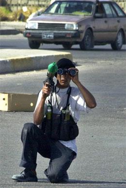 En soldat i Muqtada al-Sadrs Mehdi-milits speider etter mål. (Foto: AP/Scanpix)