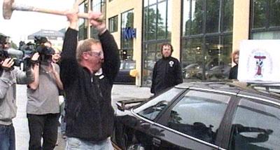 Kurt Oddekalv vil knuse Ford-konsernet, her representert ved ein Ford Scorpio framfor ein Ford-forhandlar i Bergen.