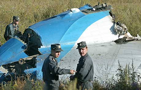 VRAKRESTER: Russiske politietterforskere undersøker en del av Tupolev 134-flyet, som styrtet utenfor Tula, 180 km sør for Moskva. (Foto: Denis Sinyakov/AFP)