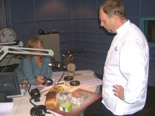 Programleder Trine Bråthen prøvesmaker mens kokk Jarle Bear observerer. Foto: NRK