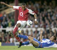 Gilberto og Arsenal flyr høyt. Dickov og Blackburn sliter mer. (Foto: REUTERS/Jed Leicester)