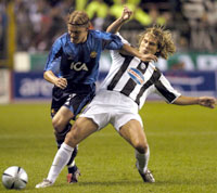 Arneng (ex-VIF) i kamp med Nedved. (Foto: AP Photo / MARK EARTHY)