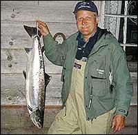 Laksar som denne på 9 kilo som Håkon J. Huseklepp viser fram, kan det blir meir av neste år. (Foto: Privat)