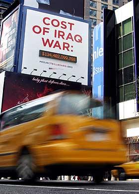 Telleverket på Times Square i New York viser krigens høye pris. AP-foto: Anders Krusberg