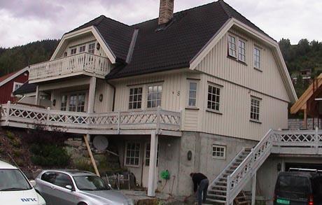 Huseier Håkon Uppstrøm synes det blir for dyrt med varmepumpe. Foto: NRK.