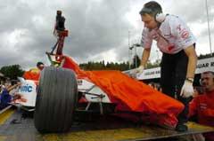 Mekanikerne dekker til Briscoes bil etter krasjen. (Foto: AP/Scanpix)