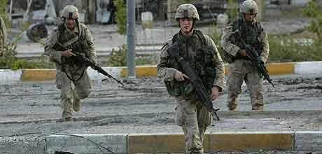 Amerikanske soldater trekker seg ut til utkanten av Najaf. Foto: Jim MacMillan, AP