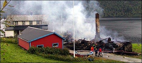 Bustadhuset brann ned til grunnen. (Foto: Magnar Heimset)