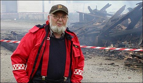 Brannmeister Peder Holme rosar innsatsen til 13-åringen. (Foto: Magnar Heimset)