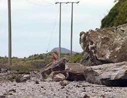 Mye stein har falt ned på Alnes-veien. Nå skal den sikres. (Foto: Tor Sivertstøl, NRK)