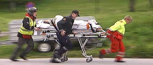 Pasienten trilles over gaten til akuttmottaket på sykehuset. Foto: NRK