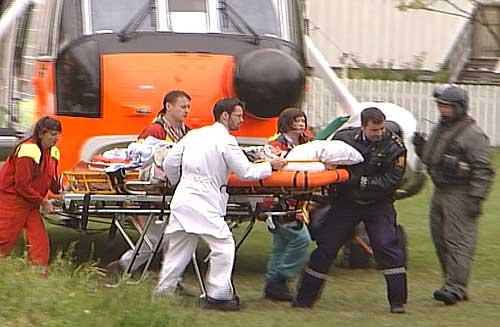 Sea King-helikopteret har landet i Rensåsparken ved sykehuset for å spare tid i en livstruende situasjon. Foto: NRK.