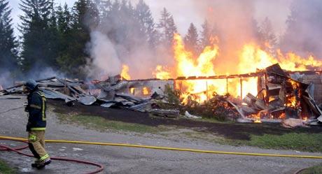 Fjøset ble totaltskadet i brannen som startet på formiddagen. (Foto: Ola Bjørlo Strande/NRK)