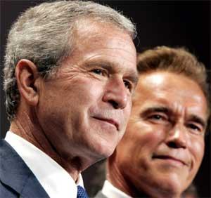 VINNERNE: George W. Bush og partikamerat Arnold Schwarzenegger kommer til å smile bredt 2. november, om vi skal tro ekspertene. (Foto: Scanpix / Reuters / Kevin Lamarque)