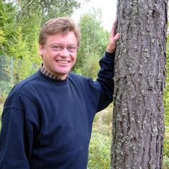 Ola Klanderud fra Eidskog mener at flere skogeiere bør satse på varme. (Foto: Vera Wold/NRK)