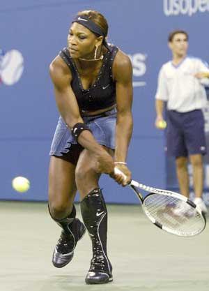 Serena Williams presenterer stadig vekk nye tennismoter. Her med nye ankelbeskyttere i US Open. (Foto: Scanpix)