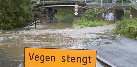 Jernbaneundergang flommer over og er stengt ved Raufoss. (Foto: Jorun Vang/NRK)