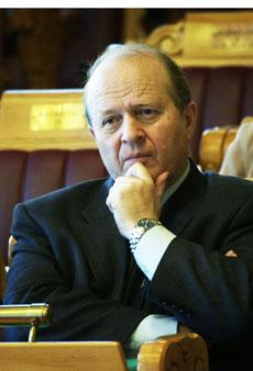 INNRØMMER: Justisminister Odd Einar Dørum innrømmer at dagens lov medfører komplikasjoner. (Foto: T. Richardsen / Scanpix)