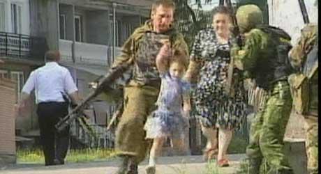 Russiske soldater tar seg av en av jentene som ikke ble tatt som gissel. (Foto: RURTR)