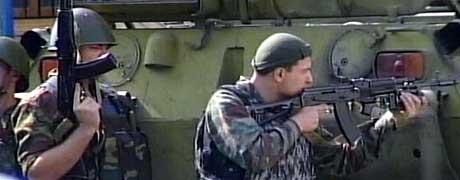 Russiske soldater i oppstilling ved skolen. (Foto: RURTR)