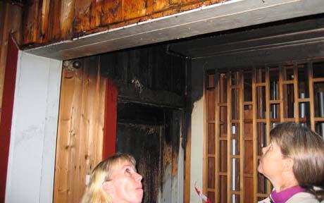 Biskop Laila Riksaasen Dahl besøker Slemmestad kirke etter brannen. Kirken har fått både brann- og vannskader.