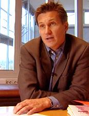 Forbrukerombudet liker ikke Norsk Famileøkonomis metoder. Her Forbrukerombud Bjørn Erik Thon.(arkivfoto: NRK)