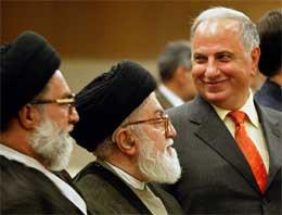 Chalabi smiler til kolleger under en edsavleggelse i parlamentet i dag (Scanpix/AFP)