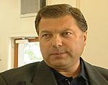 Torstein Nordstad i Quick Eiendomsmegling sier at megleren burde ha innhentet de nye opplysningene. Foto: NRK, FBI.