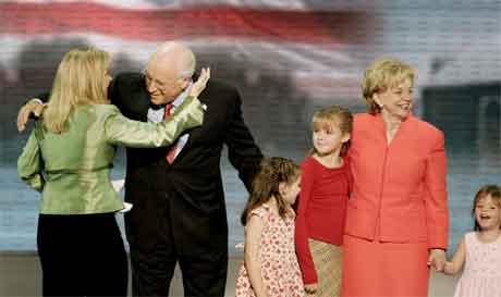 Dick Cheney fekk besøk av familien på scena. Til venstre dottera Elisdabeth og til høgre kona Lynne saman med to barnebarn. (Foto: AP/Scanpix)