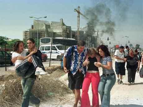 16 menneske vart drepne i den doble sjølvmordsaksjonen i Beersheba i Israel tysdag. (Foto: AFP/Scanpix)